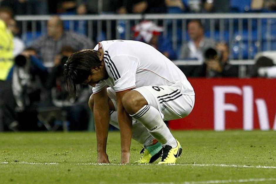 Khedira se sienta y se lamenta al final del juego.