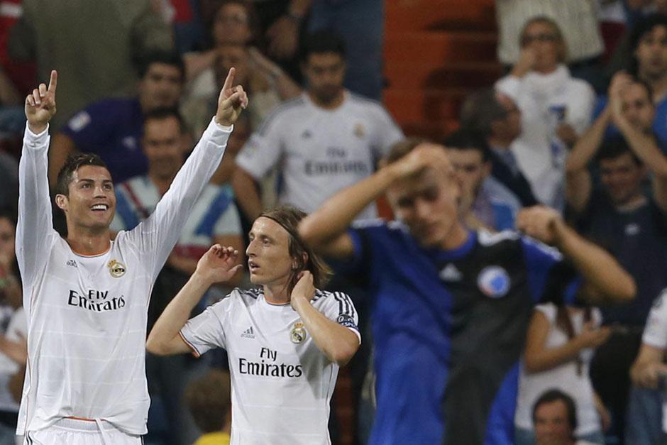 CR7 alza las manos y lo felicita Luka Modric.