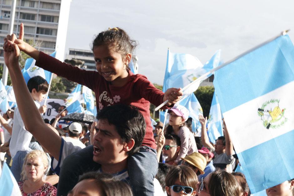 Familias siguen llegando a la Plaza de la Constitución para protestar contra la administración de Otto Pérez. (Foto: José Dávila/Soy502)