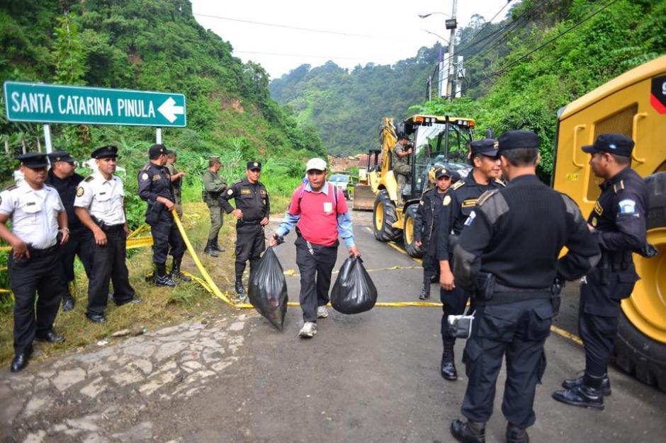 Agentes de la Policía Nacional Civil limitan el acceso hacia el lugar de la tragedia. (Foto: Soy502/Jesús Alfonso)