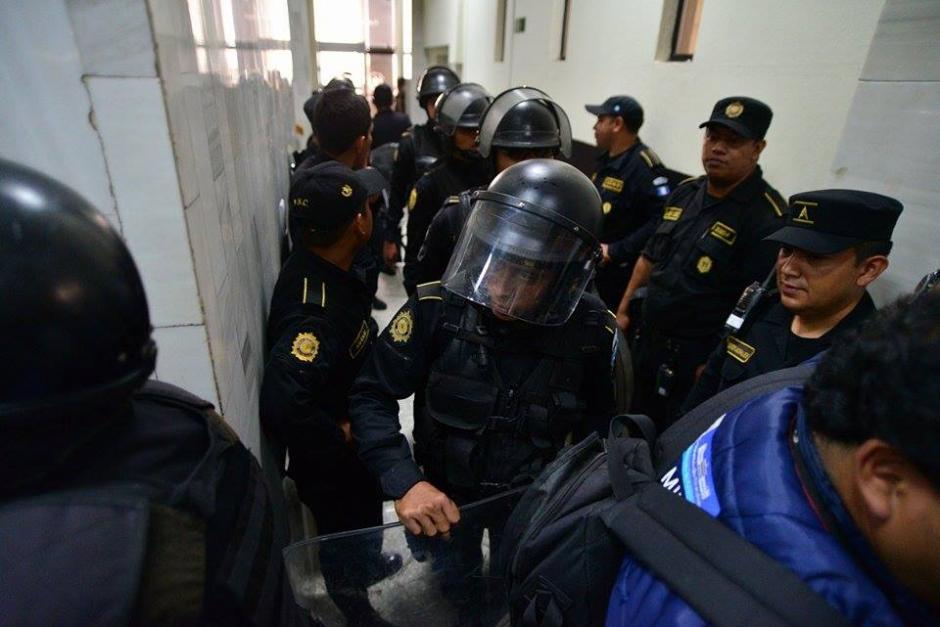 Un contingente de antimotines de la Policía Nacional Civil (PNC), fue destacado a la Torre de Tribunales como medida de prevención luego que Juan Carlos Monzón se entregará esta mañana.(Foto: Soy502/Wilder López)