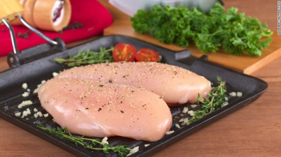Las carnes blancas también son parte del menú de la dieta MIND, dos o más porciones semanales. Apégate a alimentos horneados, asados o a la parrilla. (Foto: cnn)
