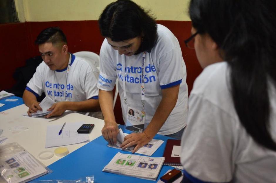 Conteo de papeletas electorales luego de haber cerrado la Junta Receptora de Votos. (Foto:Jesús Alfonso/Soy502)