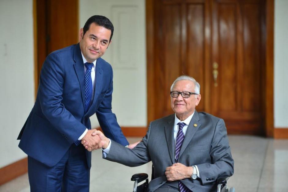 El presidente recién electo Jimmy Morales (izquierda) sostuvo una reunión con el presidente guatemalteco Alejandro Maldonado Aguirre (derecha), para tratar el tema de la transición de gobierno. (Foto: Jesús Alfonso/Soy502)
