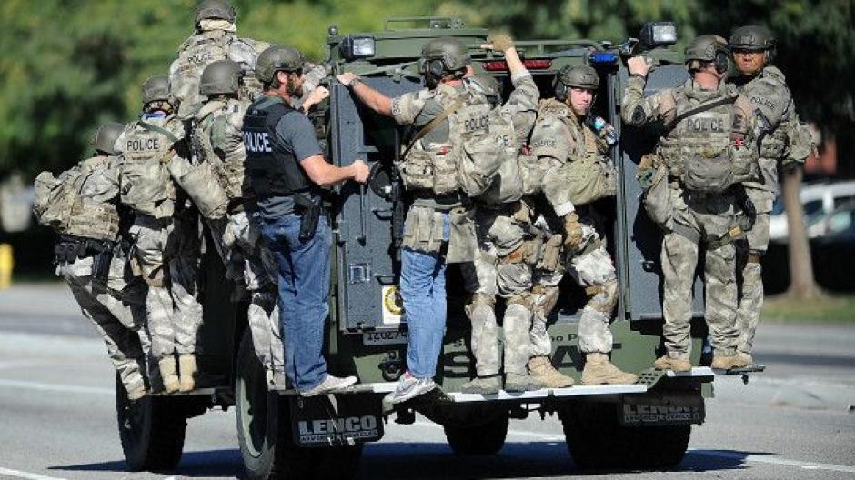 Luego de la masacre, se montó un fuerte disposivo de seguridad en la periferia de San Bernardino, con el propósito de capturar a los responsables. (Foto: BBC)