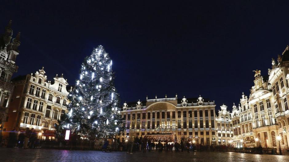 Vista del árbol de Navidad instalado en la Grand Place de Bruselas, Bélgica. (Foto: EFE)