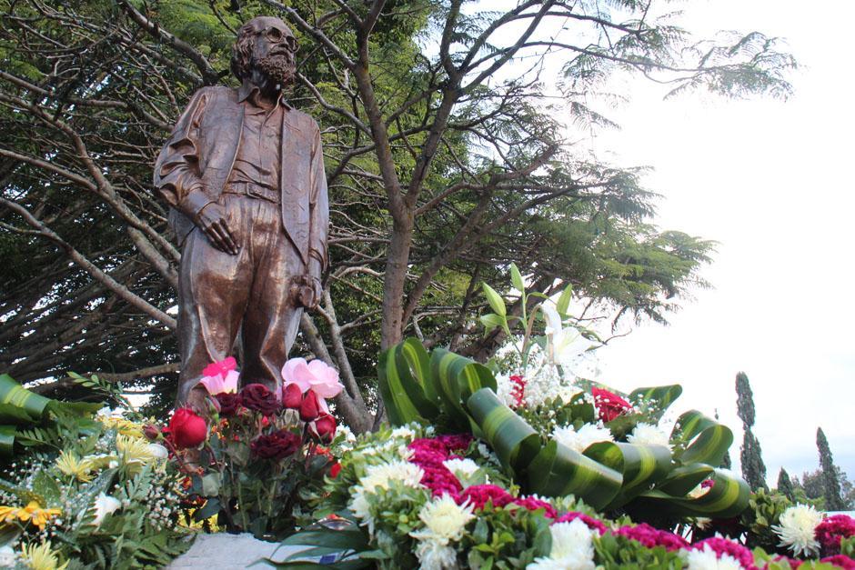 El monumento a Efraín Recinos recibió flores de todos los colores.