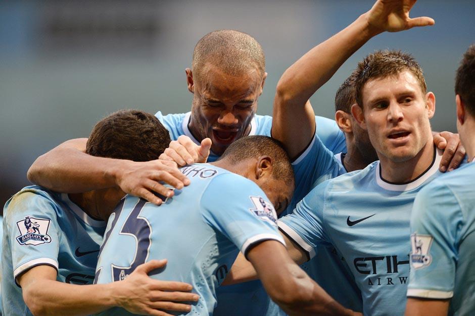 Los jugadores del City se pusieron temporalmente en el segundo lugar de la clasificación de la Premier. (Foto: Peter Powell/EFE)