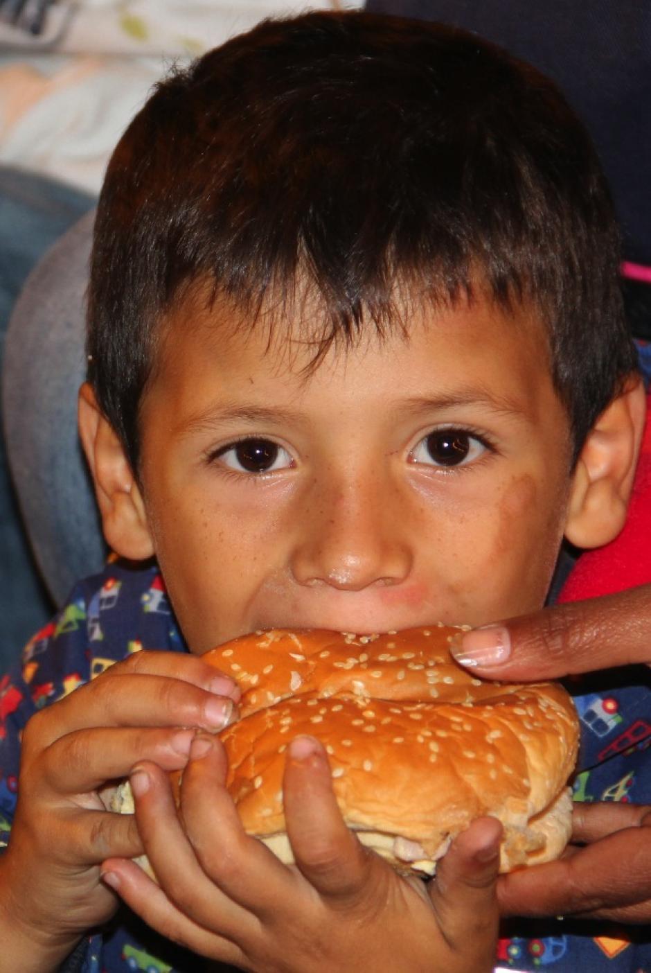 Entre las personas que reciben panito hay muchos niños y también personas de la tercera edad que viven en la calle.(Foto: Luis Barrios/Soy502)