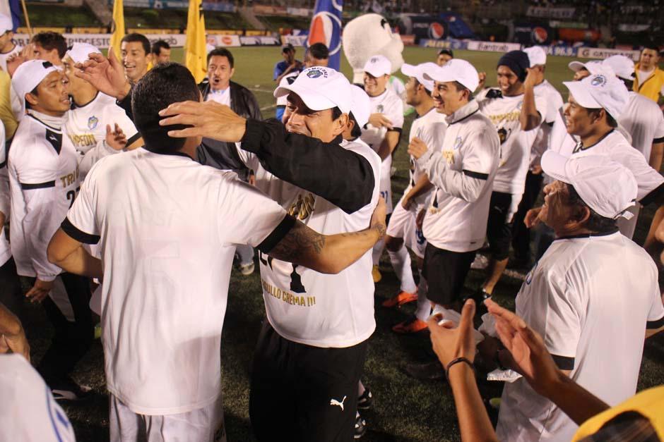 Los jugadores cremas festejan la tercera corona consecutiva tras vencer en la final a Heredia. (Foto: José Dávila/Soy502)