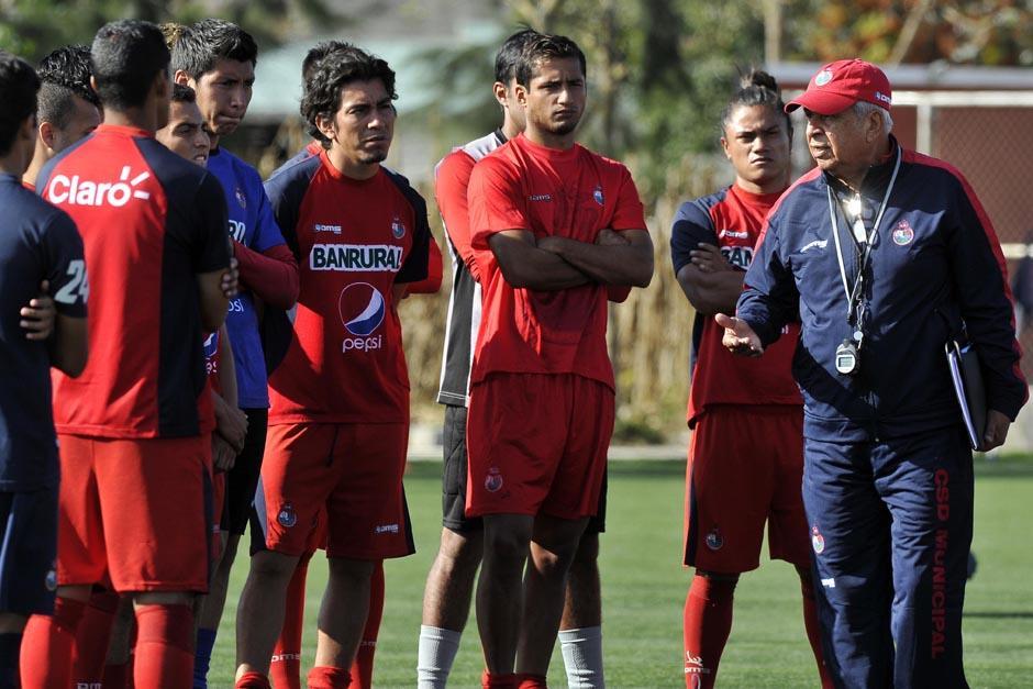 El uruguayo se presentó ante los jugadores de Municipal en el centro deportivo Ernesto Villa Alfonso. (Foto: Diego Galeano/Nuestro Diario)