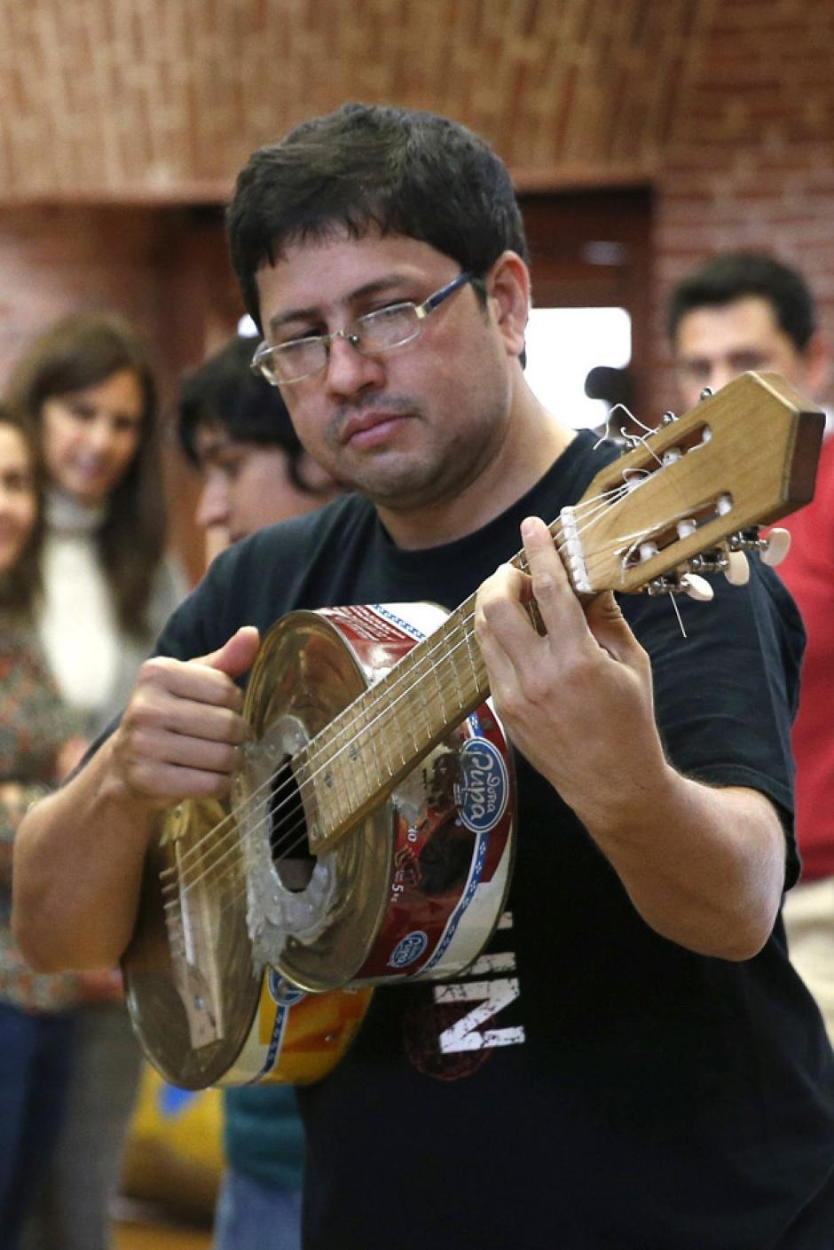 Favio Chávez, técnico ambiental, llegó hasta Cateura, en Asunción, Paraguay, con una visión que está cambiando la vida de más de 2,500 vecinos de ese barrio que sirve como vertedero municipal