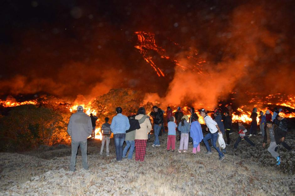 A raíz de la erupción, Conred movilizó la unidad de prevenciones. Pese a las advertencias, siempre hay personas que se acercan para observar la lava.(Foto: Wilder López/Nuestro Diario)