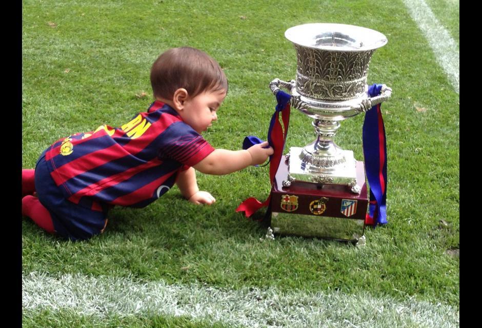 El pequeño Milan, con la Supercopa de España.