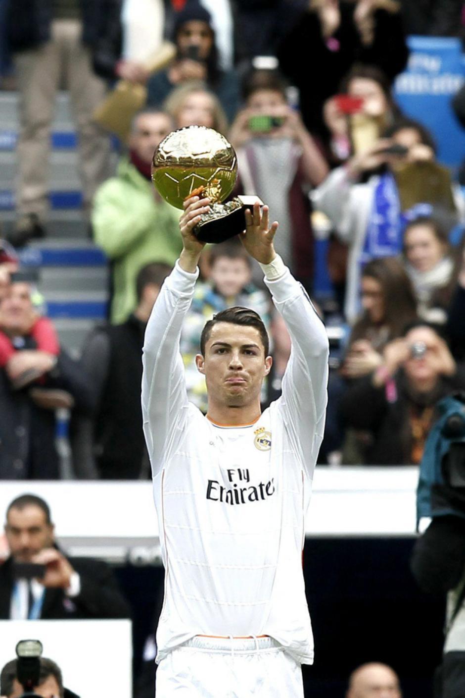 El Bernabéu vivió una fiesta total al recibir el Balón de Oro que Cristiano Ronaldo ganó en la ronda final a Messi y Ribéry. (Foto Javier Lizón/EFE)