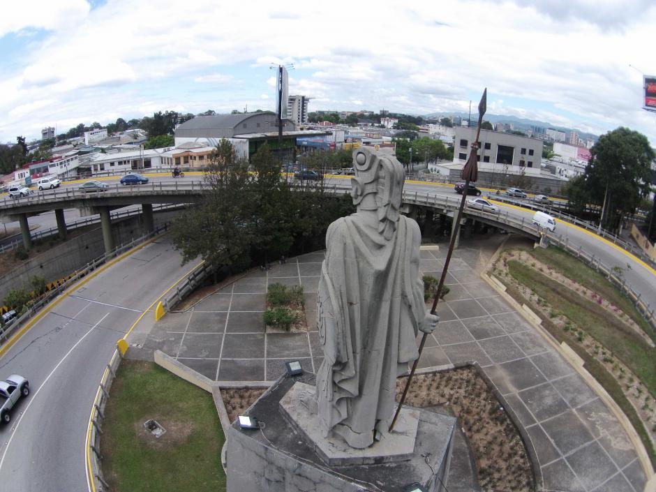 Imponente, la imagen del príncipe quiché fija su mirada en el horizonte de la ciudad de Guatemala. En la capa también se aprecian daños (Foto: Nuestro Diario/Deccio Serrano)