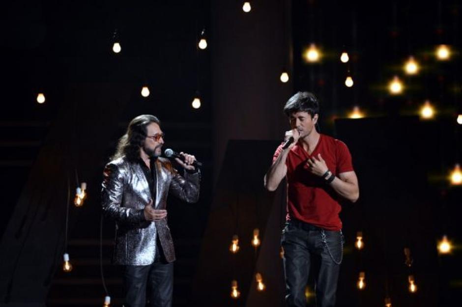 """Enrique Iglesias interpretó el tema """"El Perdedor"""" con el acompañamiento de Marco Antonio Solís. (Foto: Premios lo Nuestro)"""