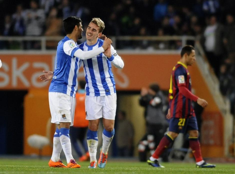 El Mexicano Carlos Varela felicita a Griezmann tras el 2-1 anotado al minuto 54 y que sirvió para bajar al Barcelona del liderato. (Foto: AFP)