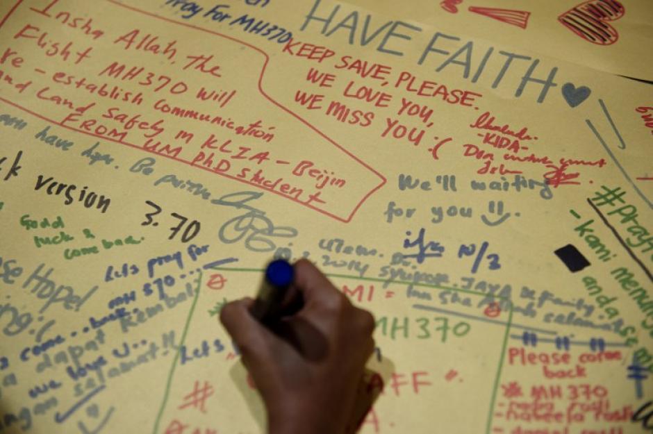 Mientras no se encuentren los restos del avión, las personas siguen con esperanza de encontrar a sus familiares con vida.