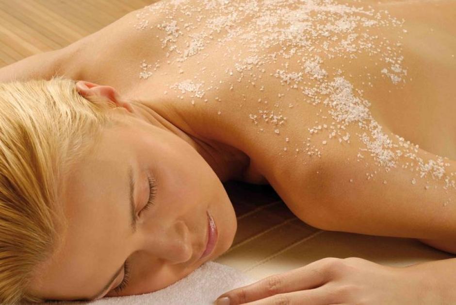 Refresca y renueva tu piel exfoliando dos o tres veces por semana y siempre antes de usar el auto bronceante. Mantente alejada de todo lo que contenga cáscara de nuez triturada que pueda dañar la piel sensibilizada durante el verano.