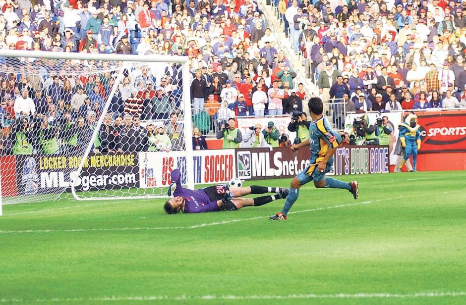 """Carlos Ruiz anotó el """"gol de oro"""" en la final de 2002 de la Major League Soccer, MLS, que significó el primer título en la historia del Galaxy de Los Ángeles. El rival fue el New England Revolution ante 60 mil espectadores. (Foto: Archivo/Nuestro Diario)"""