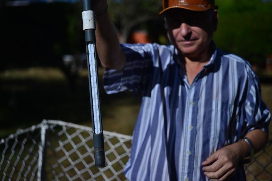 Arnoldo Arévalo sostiene un termómetro subterráneo. (Foto: Jesús Alfonso/Soy502)