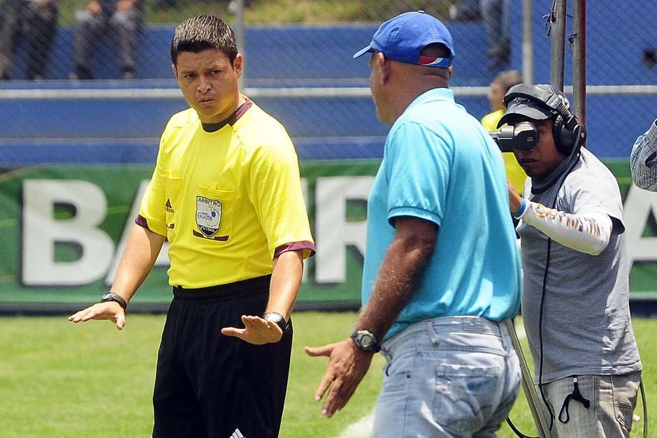 El técnico de Suchitepéquez, Walter Claverí, fue expulsado por el árbitro Reyna. (Foto: Nuestro Diario)