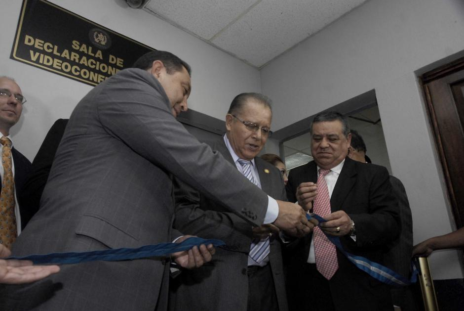 El corte de cinta fue realizado por Mauricio López Bonilla, ministro de Gobernación (izquierda), José Arturo Sierra, presidente del Organismo Judicial (centro), y Héctor Maldonado, presidente de la Cámara Penal (derecha). (Foto: Jesús Alfonso/Soy502)
