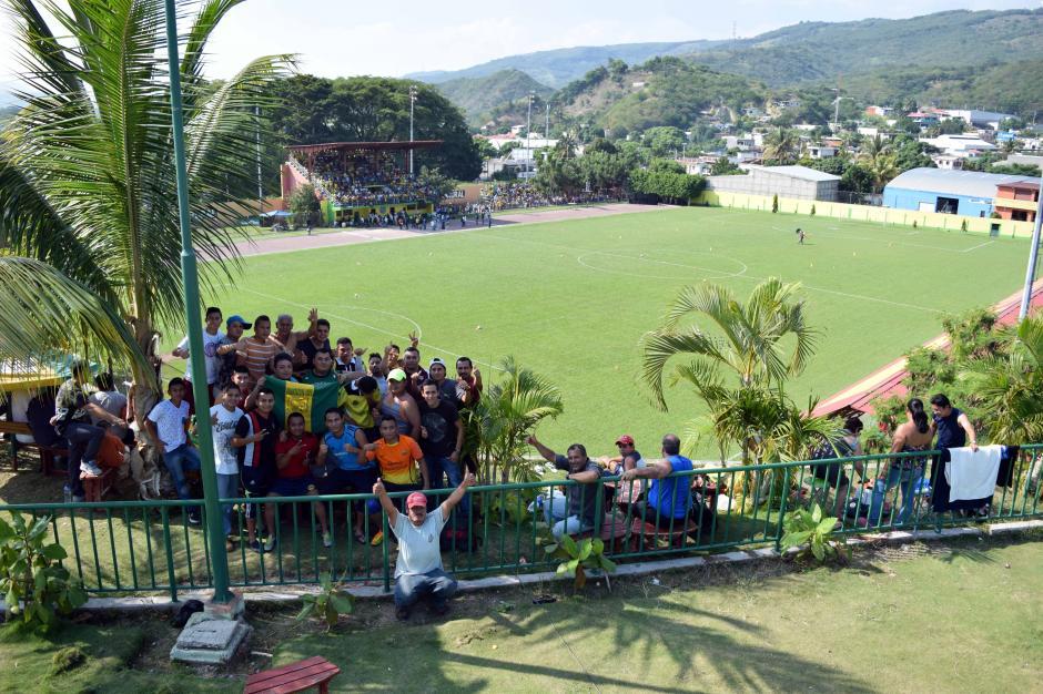 Un parque acuático sirvió de tribuna especial para algunos seguidores del Deportivo Guastatoya. (Foto: Nuestro Diario)