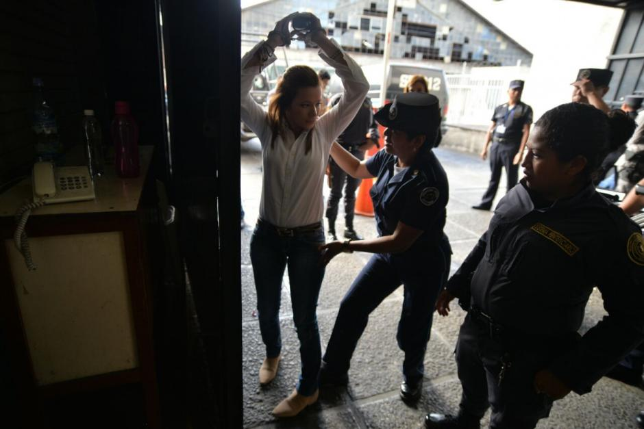 La exdiputada y exasistente de Roxana Baldetti, Daniela Beltranena fue revisada a su llegada a la Torre de Tribunales. (Foto: Wilder López/Soy502)