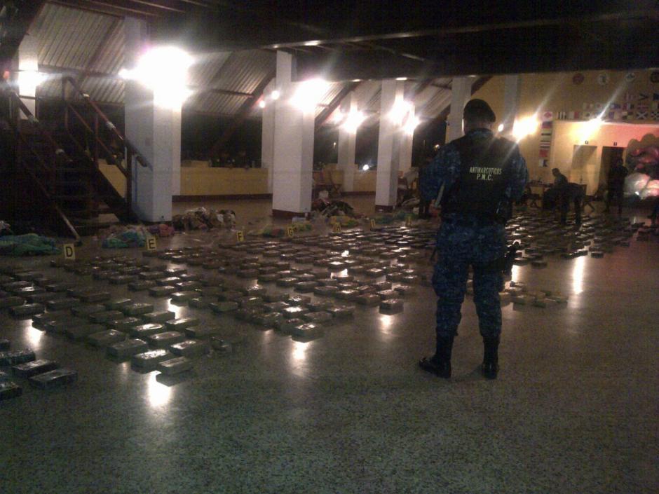 Los paquetes fueron localizados por la Fuerza Especial Naval. (Foto: PNC)
