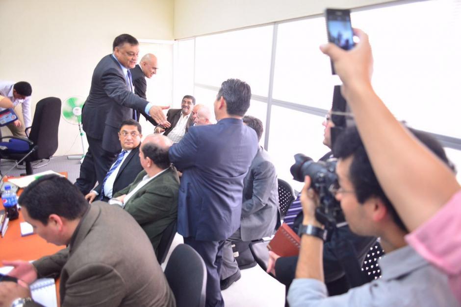 Al llegar al Juzgado Décimo saludó a los otros exdiputados señalados. (Foto: Jesús Alfonso/Soy502)