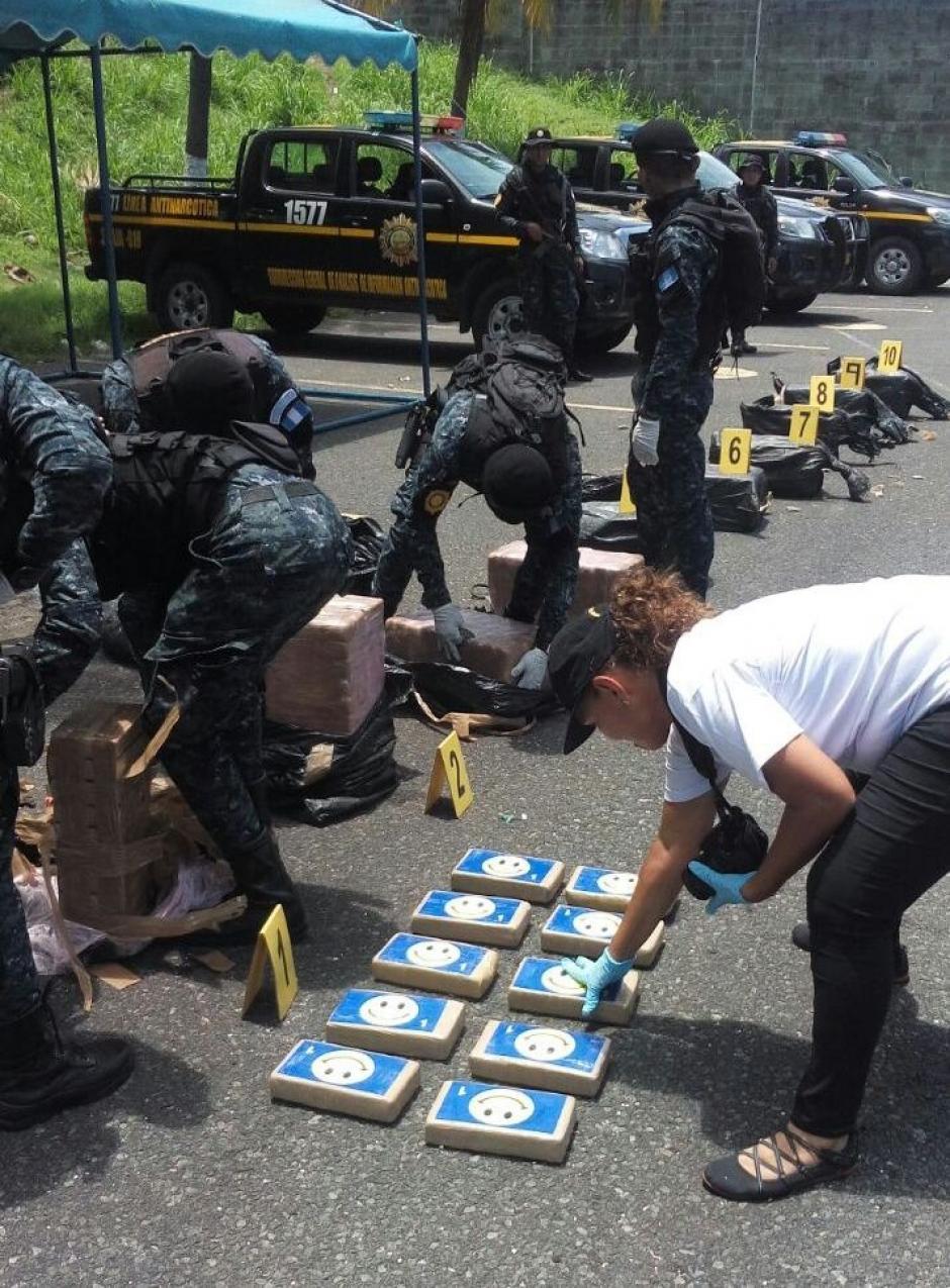 Al menos 600 paquetes fueron localizados en el interior de una embarcación.  (Foto: PNC)