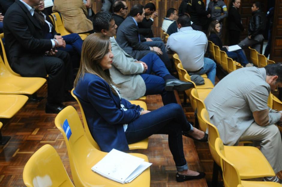 Los implicados preparan sus documentos para rendir su primera declaración en el caso Cooptación del Estado. (Foto: Alejandro Balán/Soy502)