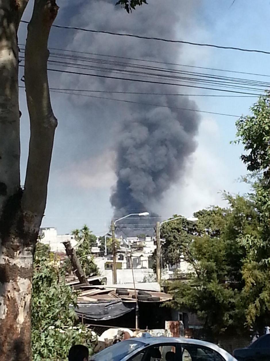 Varios seguidores en las redes sociales, publicaron fotografías del incendio. (Foto: Twitter)