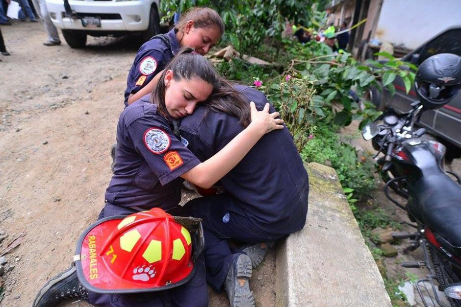 Rescatistas lamentan la pérdida de Wendy Pu, la bombera que falleció soterrada en El Cambray.(Foto: Soy502/Wilder López)
