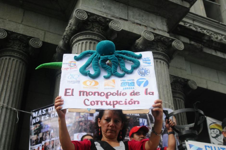 Los manifestantes se refirieron a los canales de televisión abierta, sindicados en el caso. (Foto: Alejandro Balán/Soy502)