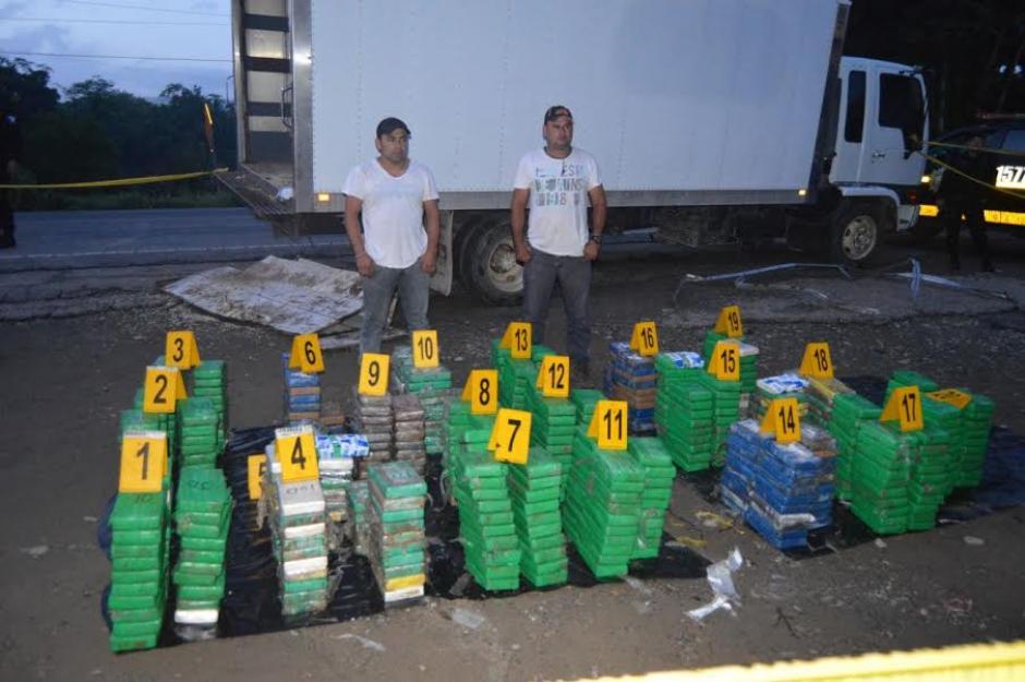 La PNC incautó 580 kilos de cocaína que eran transportados ocultos en un doble fondo en un camión. (Foto: PNC)