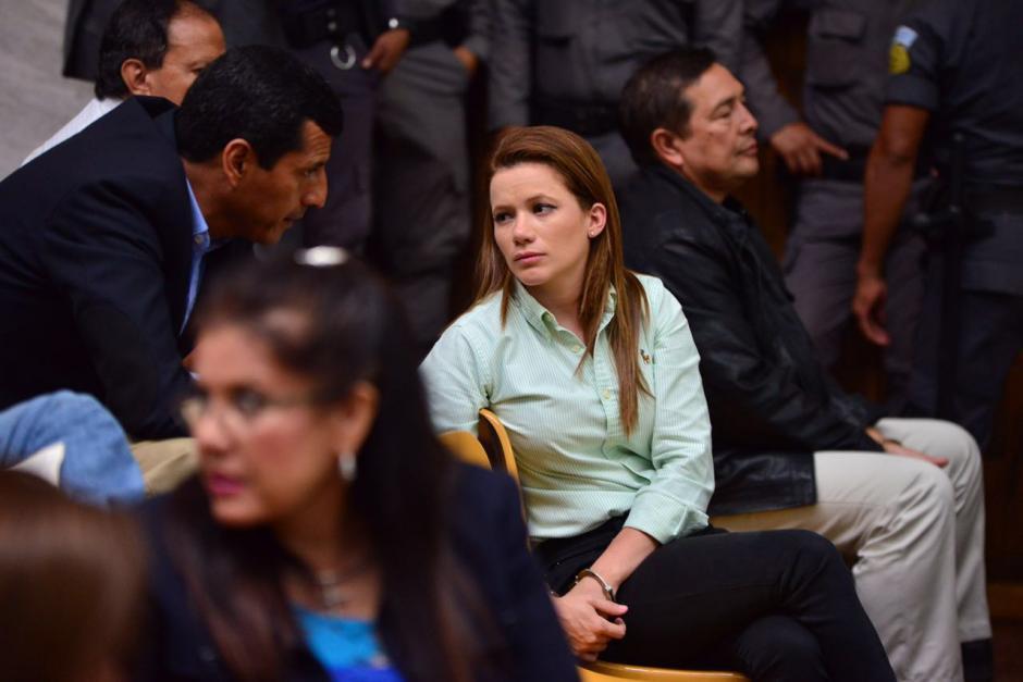 Mientras iniciaba la audiencia, Beltranena habló con el exministro Manuel López Ambrocio. (Foto: Jesús Alfonso/Soy502)