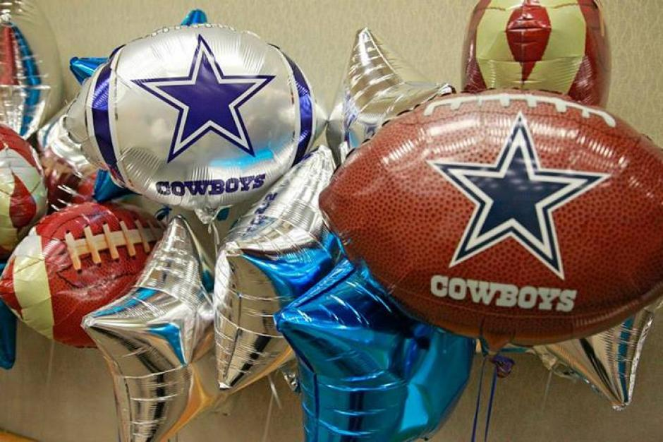 Globos y arreglos de los Cowboys adornaron las diversas salas del hospital Centro Médico de Dallas. (Cowboys)