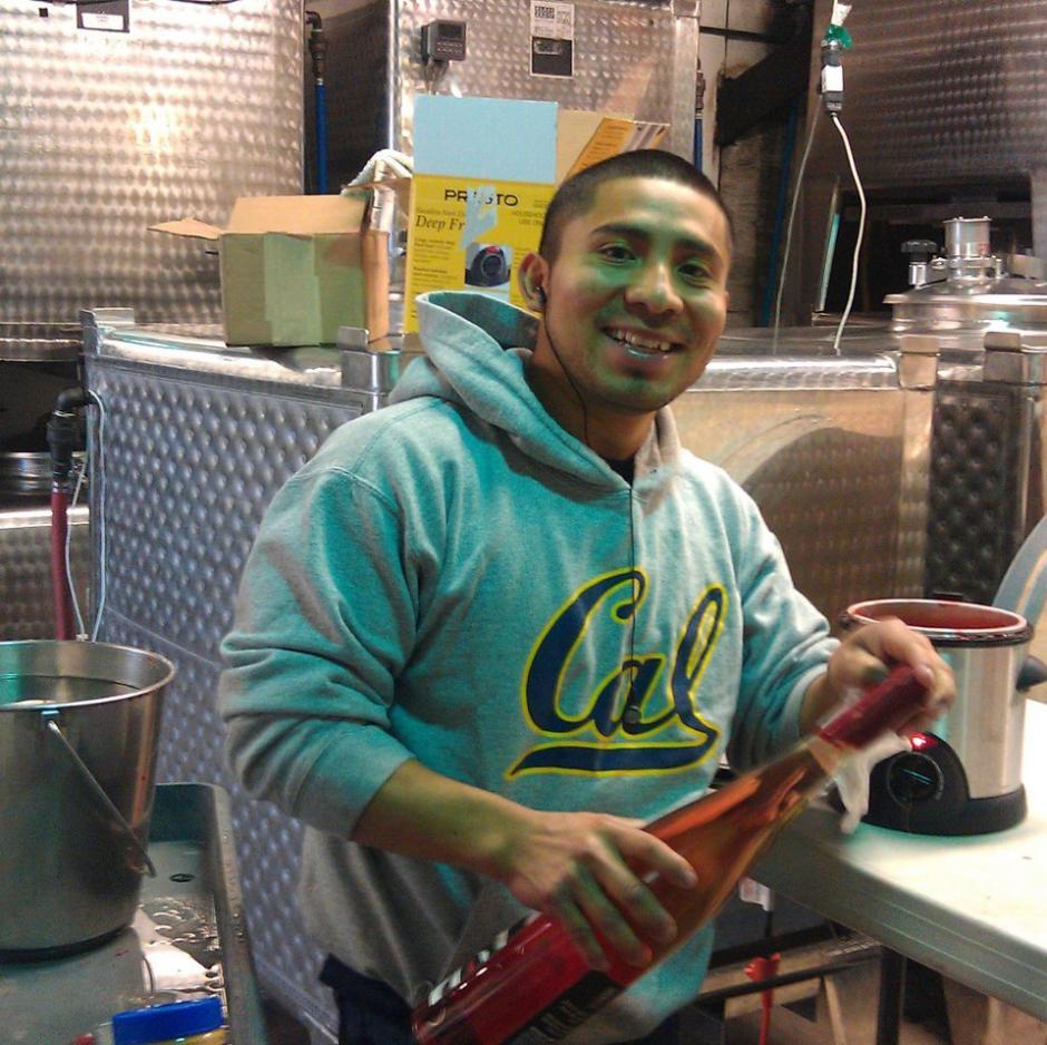 Seferino Cotzojay conoce toda la cadena de producción de vinos en Estados Unidos. (Foto: Twitter)