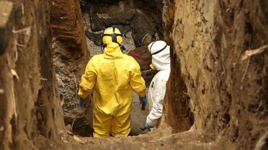 La exhumación efectuada durante la grabación del documental. (Foto: Guerrilla Pictures/Facebook)
