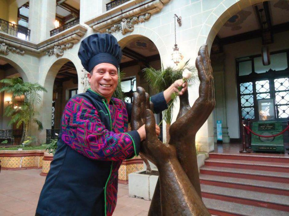 El Chef Humberto fue invitado a cambiar la rosa de la Paz en abril de 2013. (Foto: Facebook)