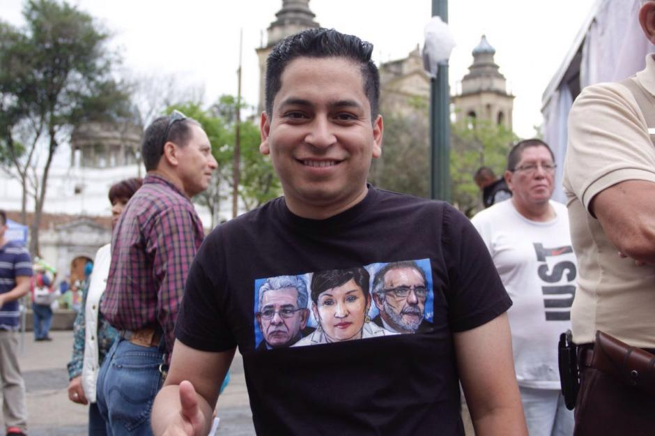 Los manifestantes portaban camisas con los rostros de Thelma Aldana, Iván Velásquez y Miguel Ángel Gálvez. (Foto: Fredy Hernández/Soy502)