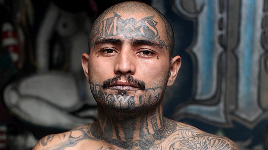 El fotógrafo inglés Adam Hiton ingresó al penal de máxima seguridad al sur de El Salvador para conocer la vida de los pandilleros de la Mara Salvatrucha. (Foto: Adam Hinton)