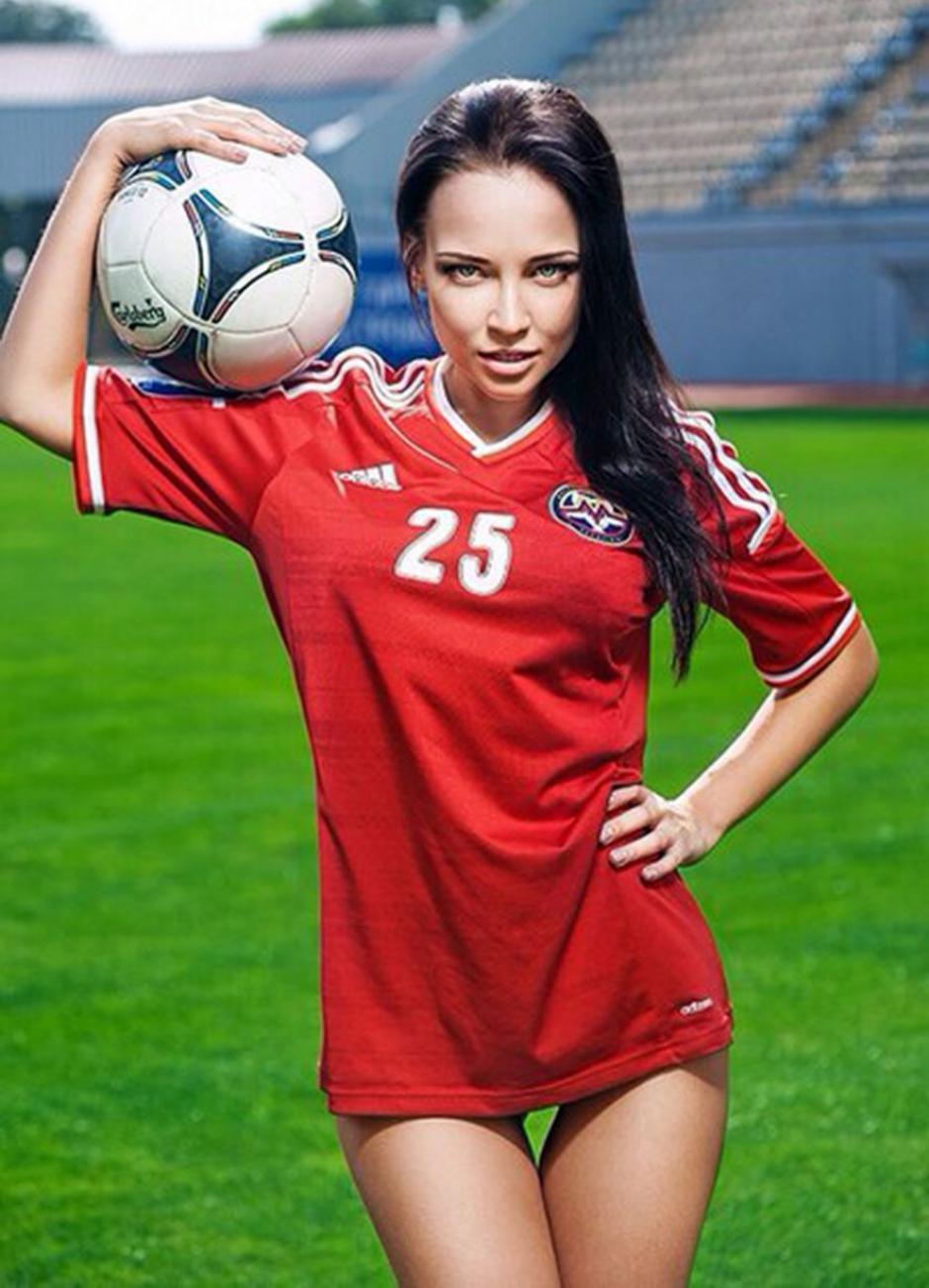 La hermosa Angelina Petrova se desnuda en un sexy calendario que espera apoyar económicamente a su club de fútbol.