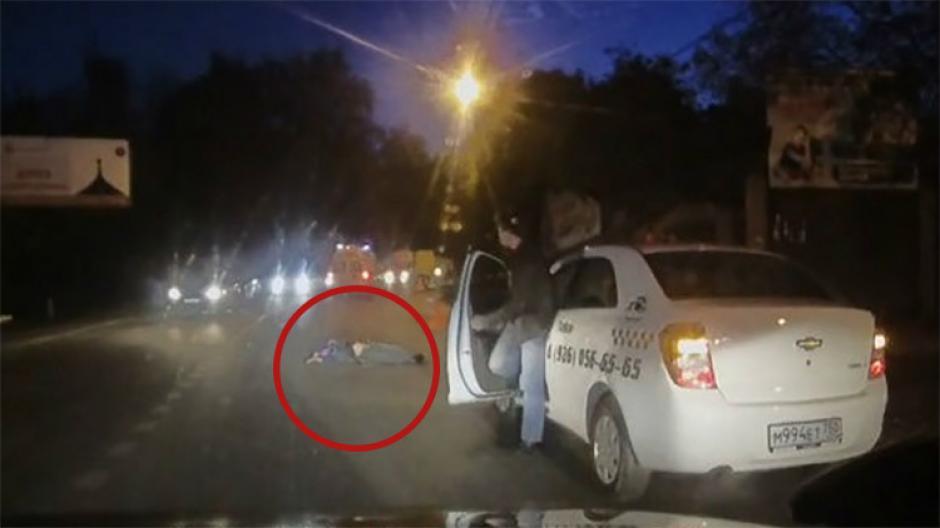 Un hombre cae de una ambulancia. (Imagen: YouTube)