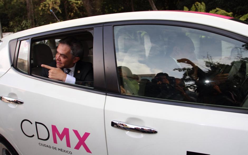 El jefe de gobierno es un gran defensor del transporte público pero las cámaras le delataron. (Foto: Razón)
