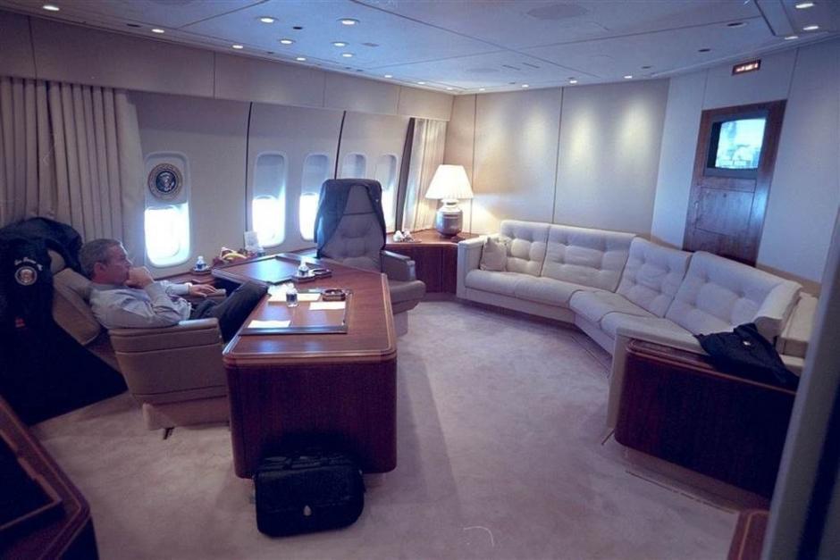 Bush se preparó en el avión presidencial para el discurso frente a la nación en la Oficina Oval. (Foto: Eric Draper/Biblioteca presidencial y museo George W. Bush)