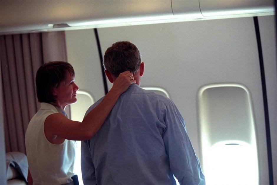El presidente recibió apoyo de sus más cercanos colaboradores en el Air Force One cuando se dirigía a Washington. (Foto: Eric Draper/Biblioteca presidencial y museo George W. Bush)